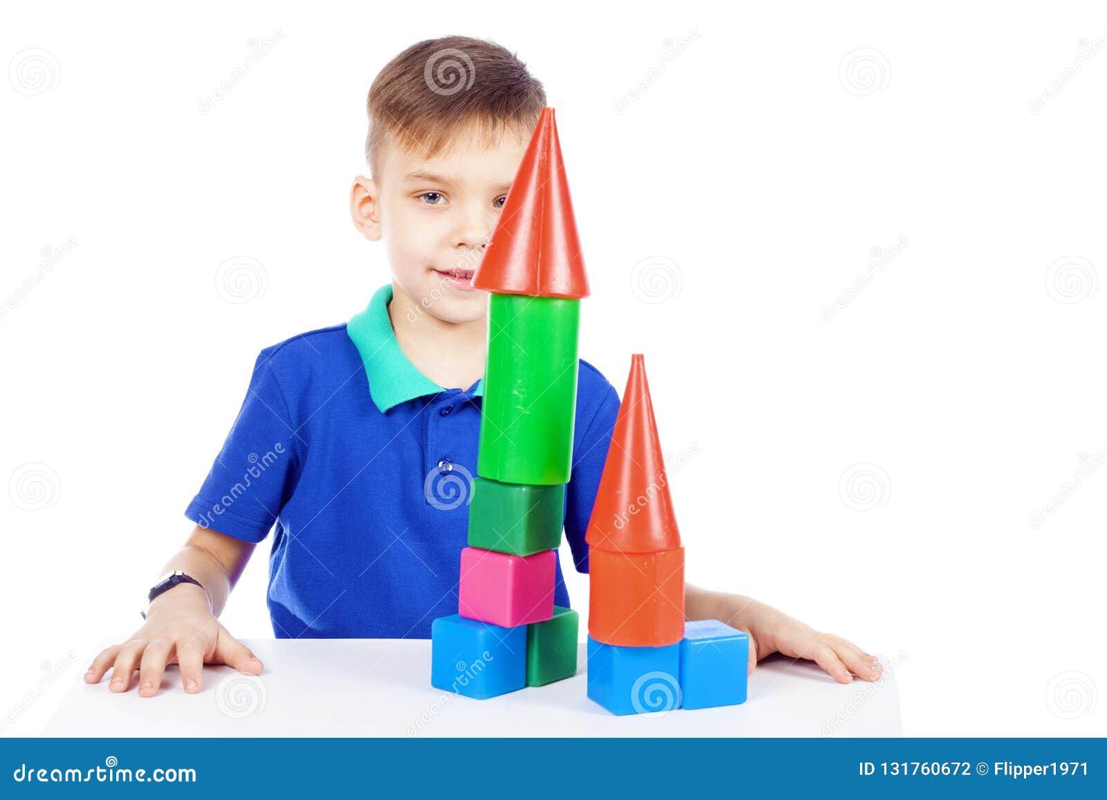 El muchacho construye una casa de cubos