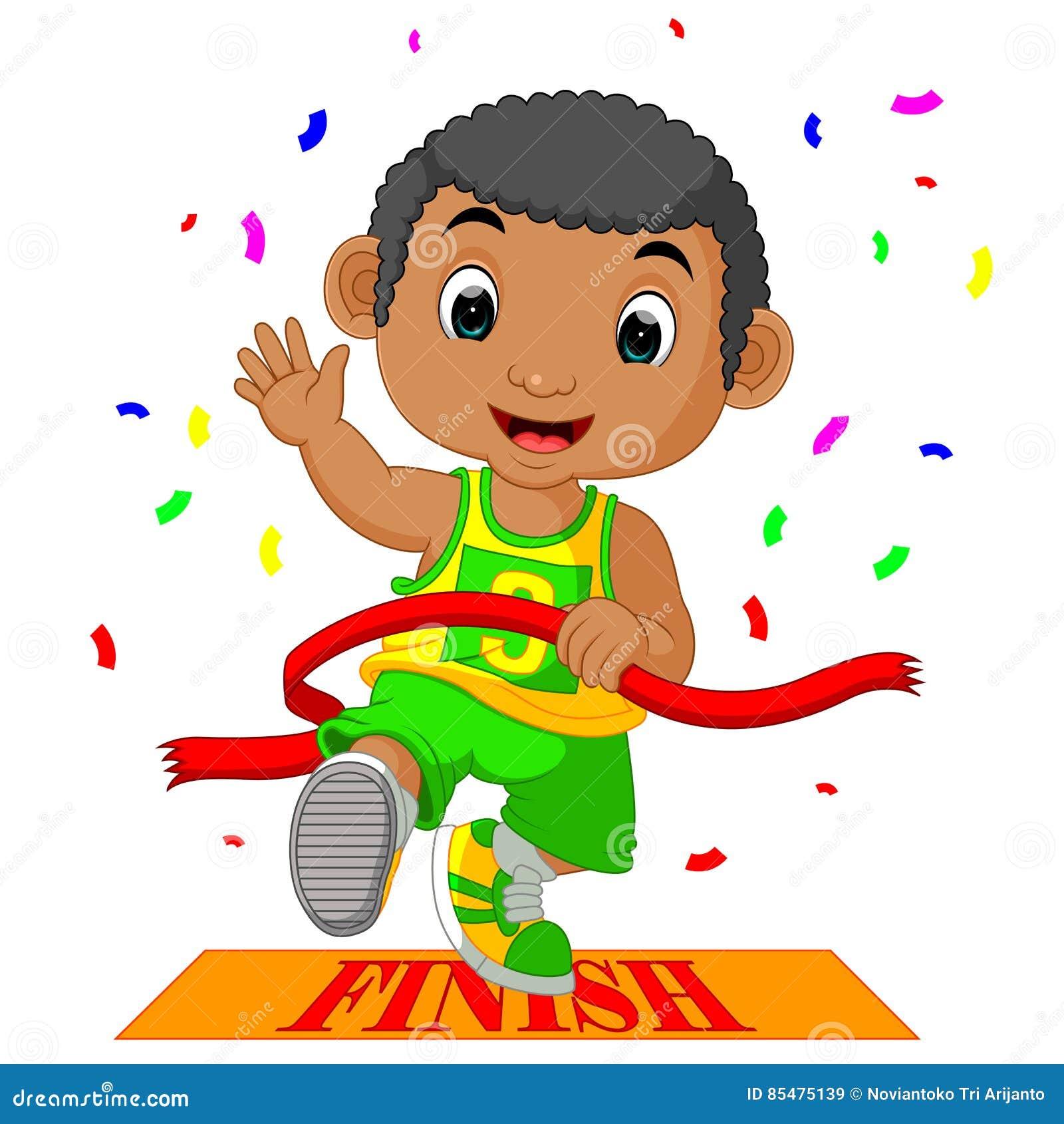 El muchacho corrió a la meta primero