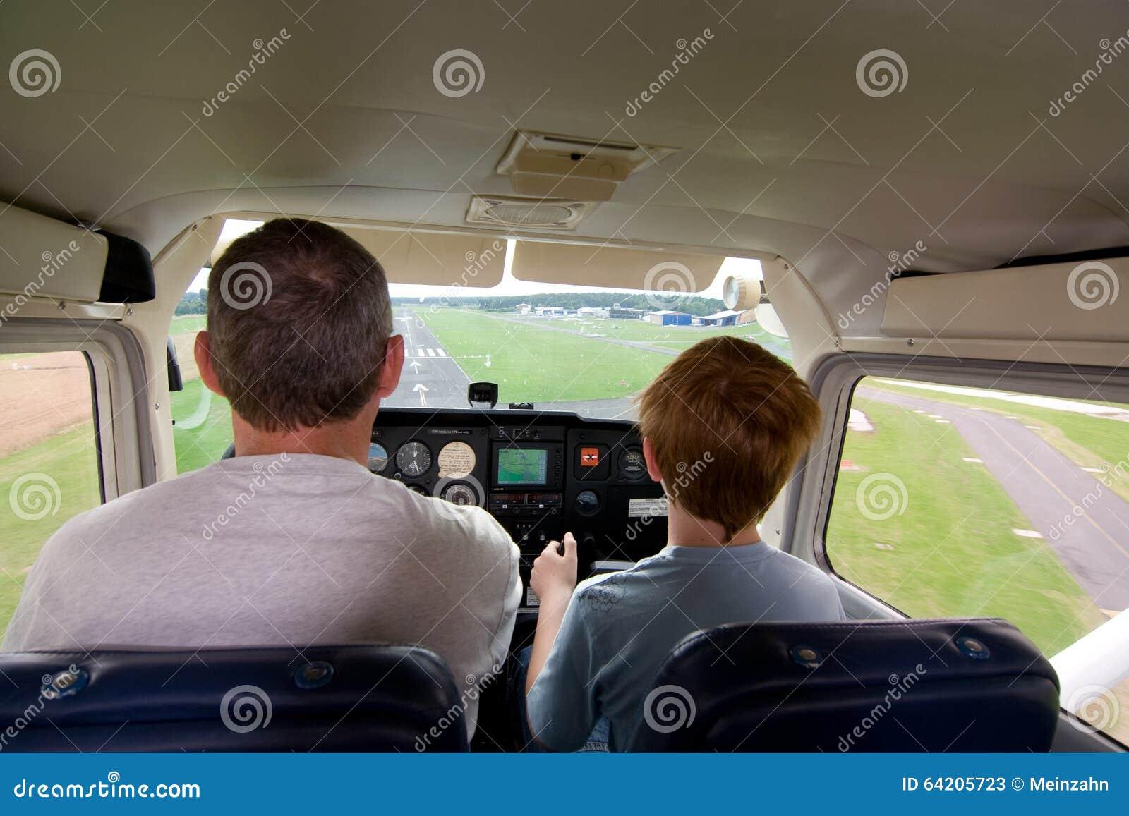 El muchacho de Joung está volando los aviones ayudados por un instructor