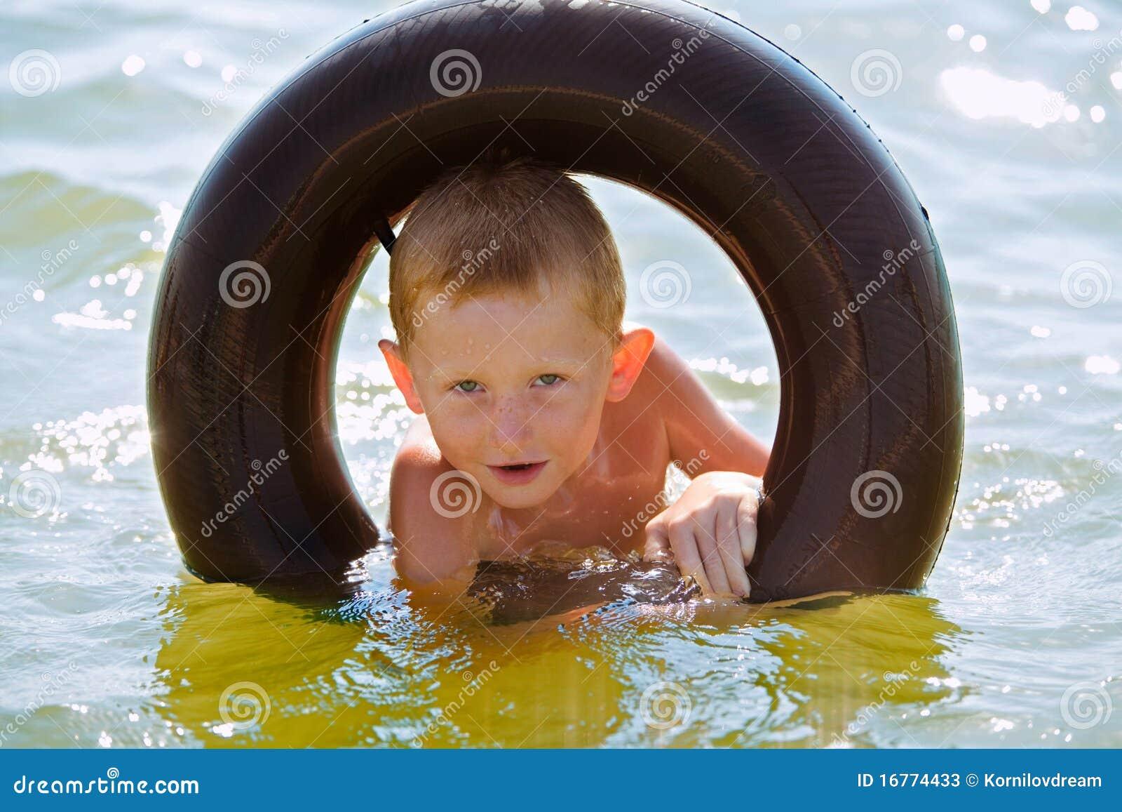 El muchacho en un anillo de goma