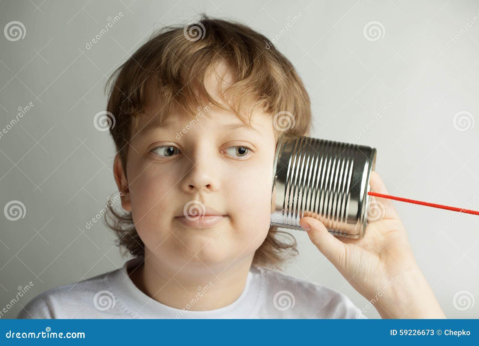 Download El Muchacho Escucha Teléfono De La Poder De Estaño Imagen de archivo - Imagen de smiling, gente: 59226673