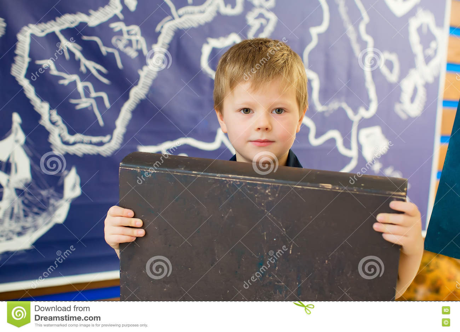 El muchacho está sosteniendo un libro Cubierta oscura para una etiqueta