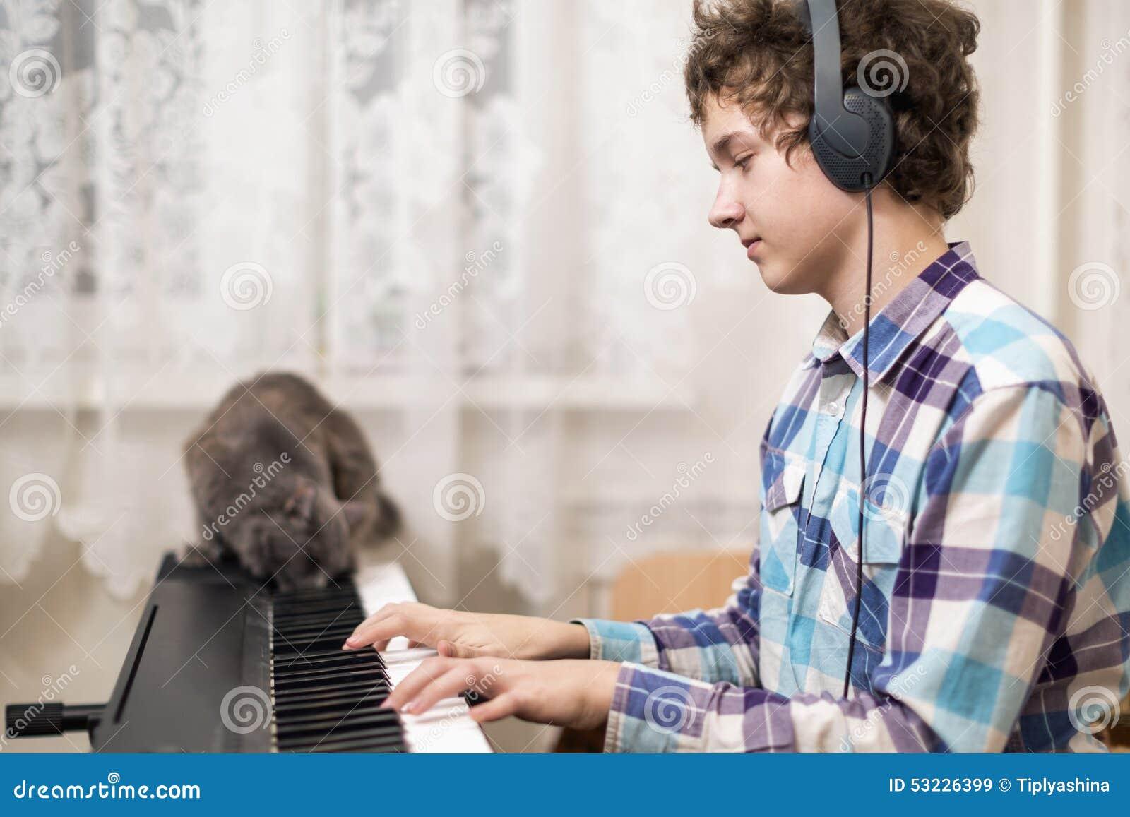El muchacho juega el piano