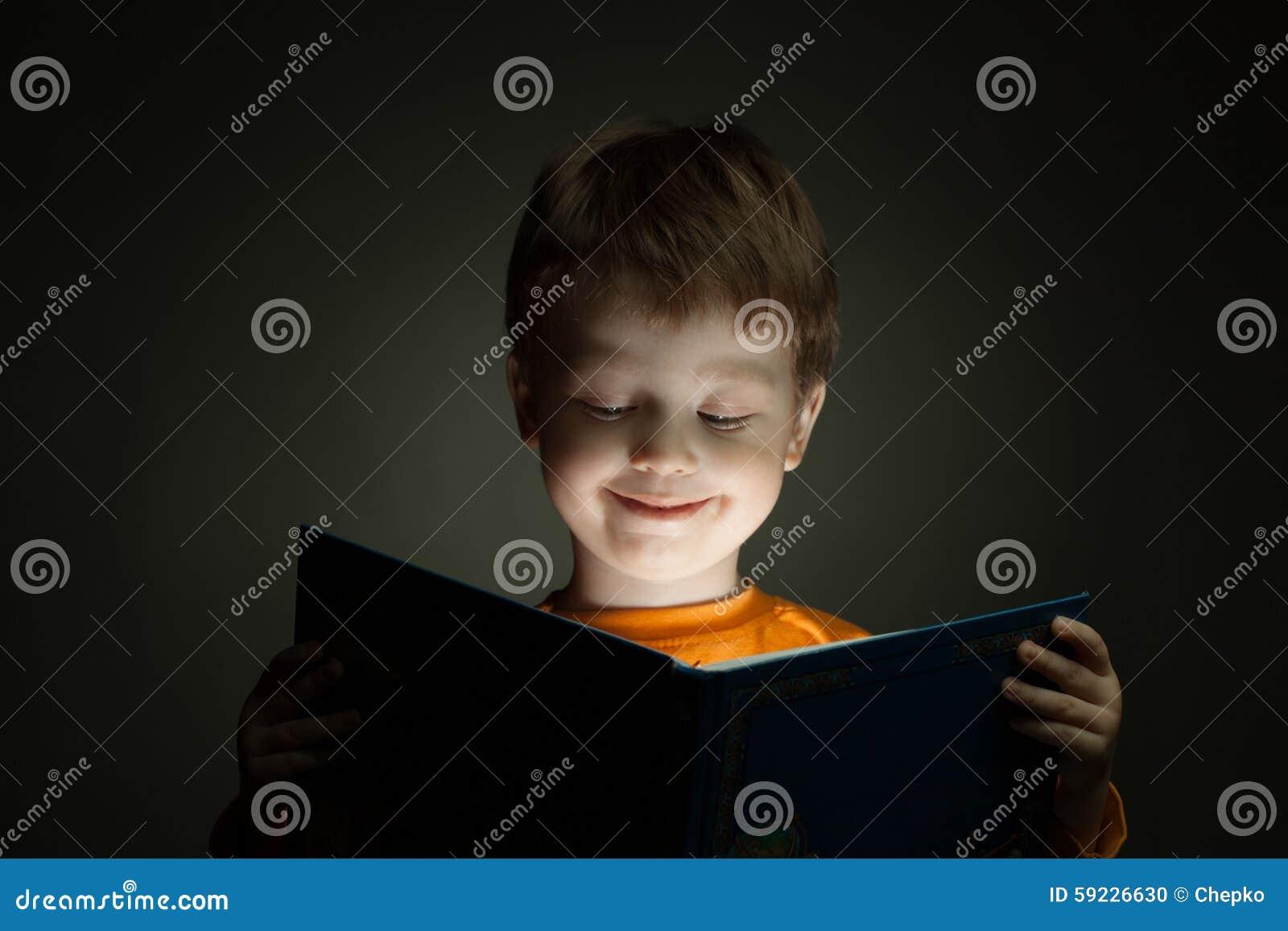 El muchacho leyó el libro
