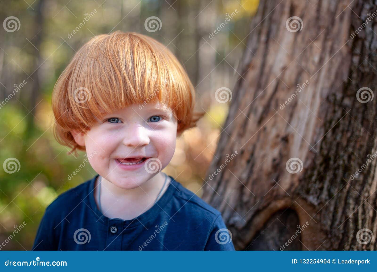 El muchacho pelirrojo sonríe divertido