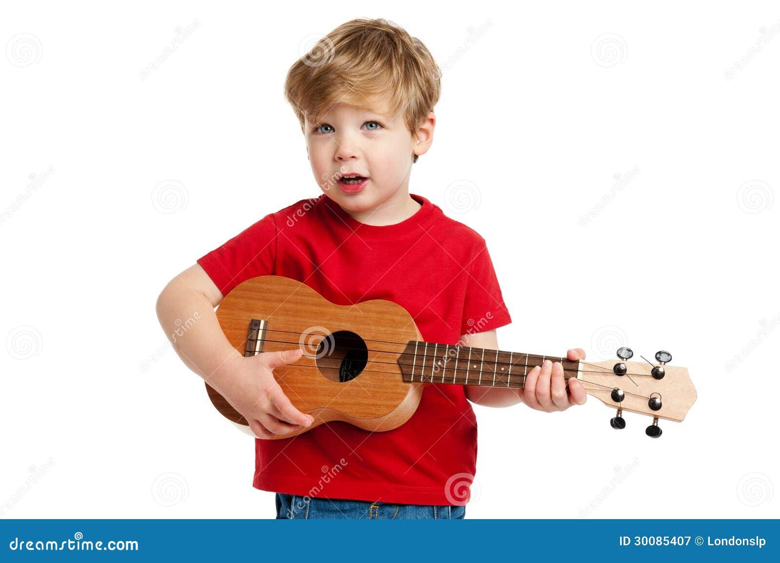 Muchacho lindo que toca la guitarra del Ukulele