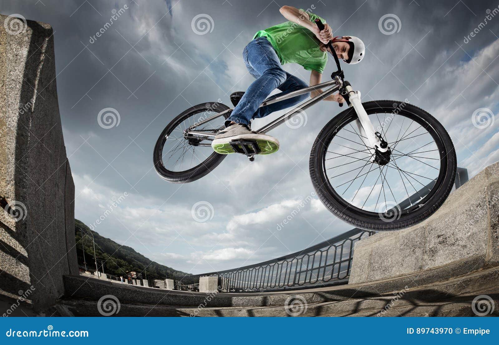 El muchacho que salta con su calle-bici en la ciudad