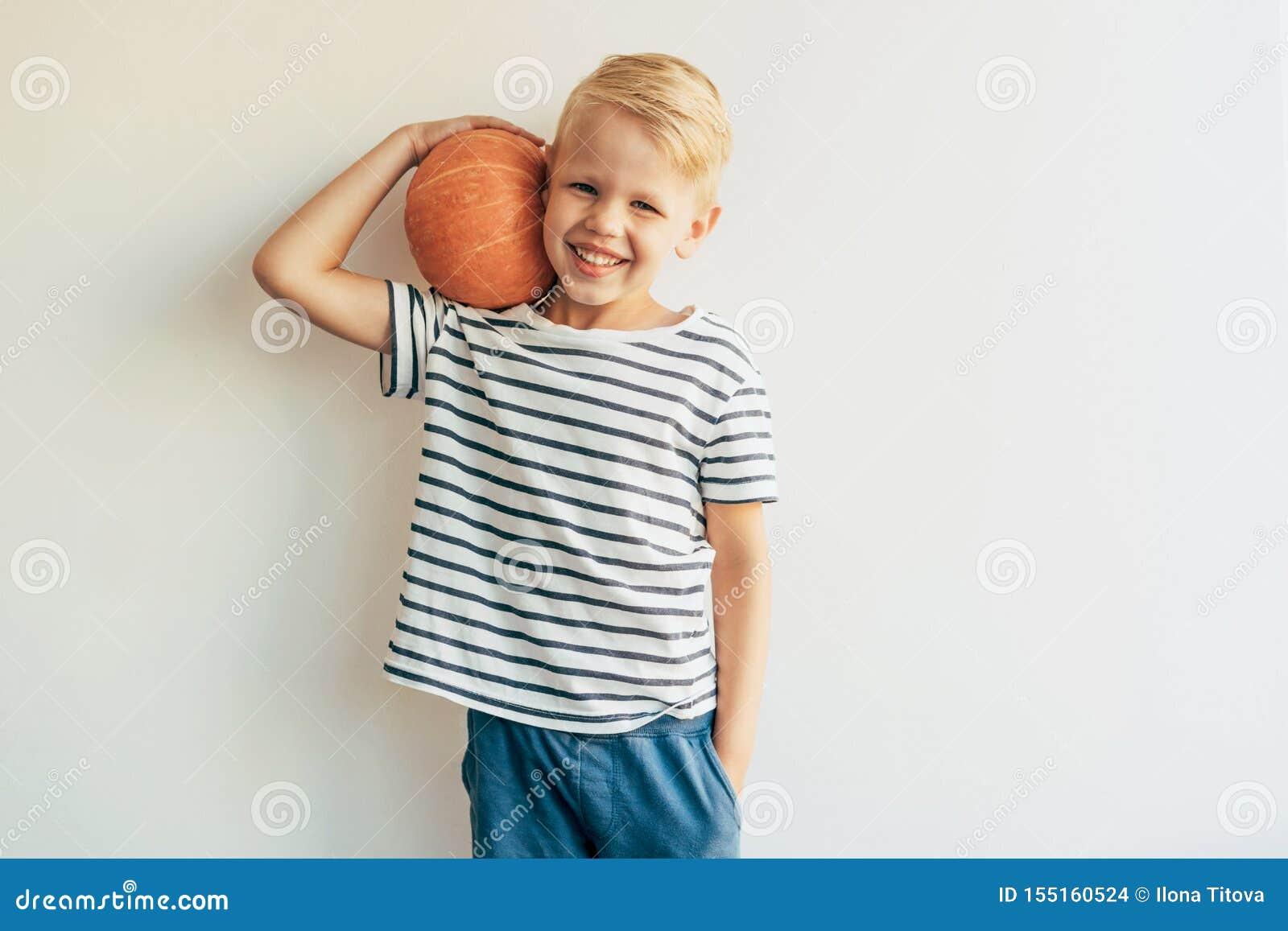 El muchacho sostiene la calabaza