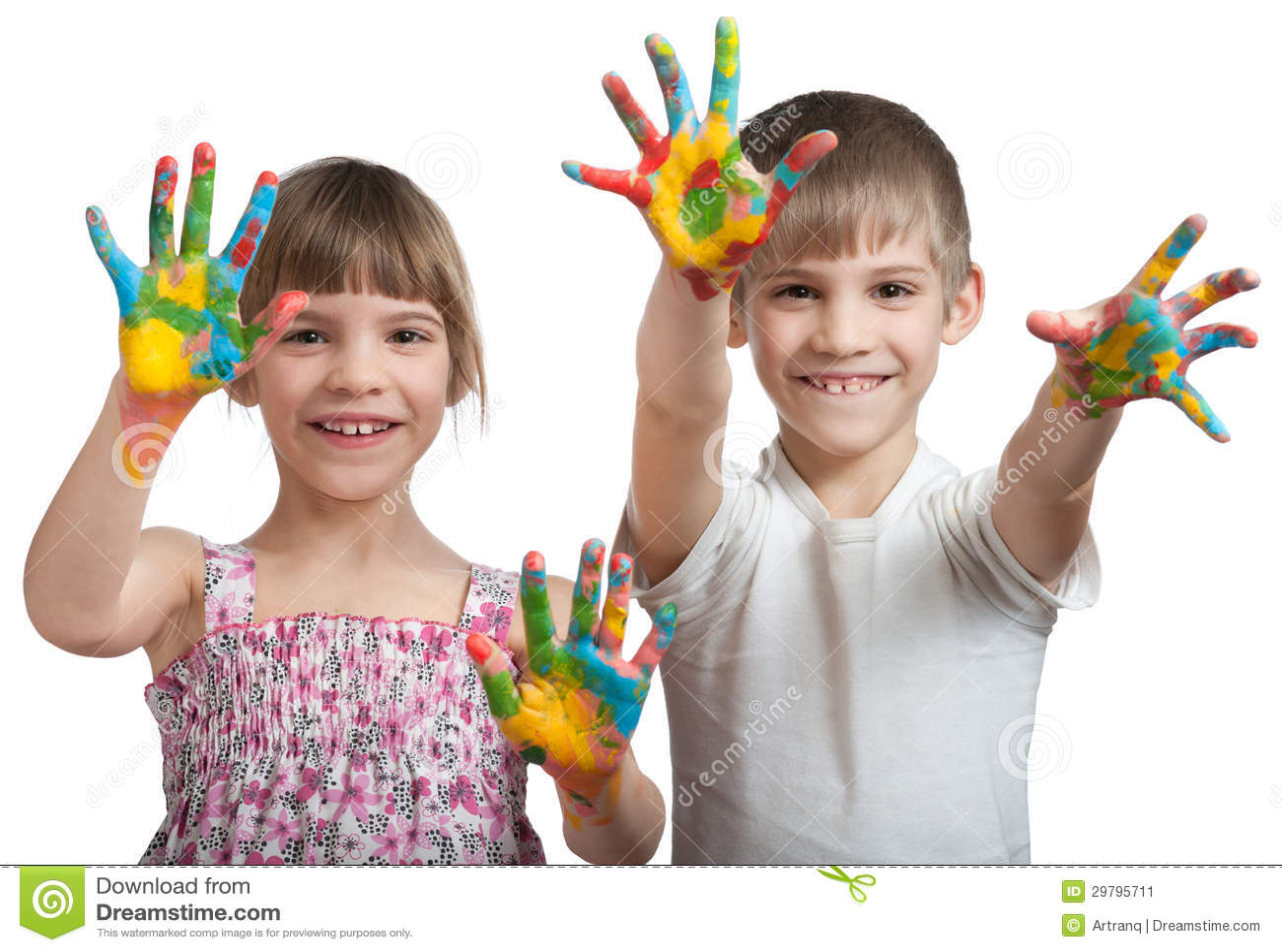 Los niños muestran sus manos manchadas en una pintura