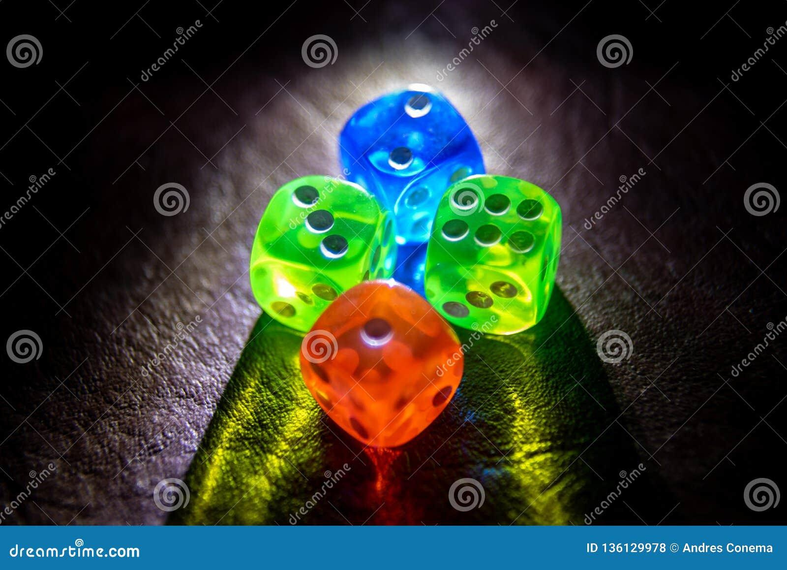 El multicolor corta shinning en cuadritos en la oscuridad por la luz suave