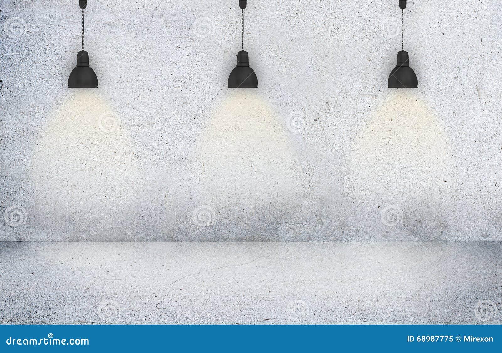 El muro de cemento iluminado por las lámparas vacia el espacio