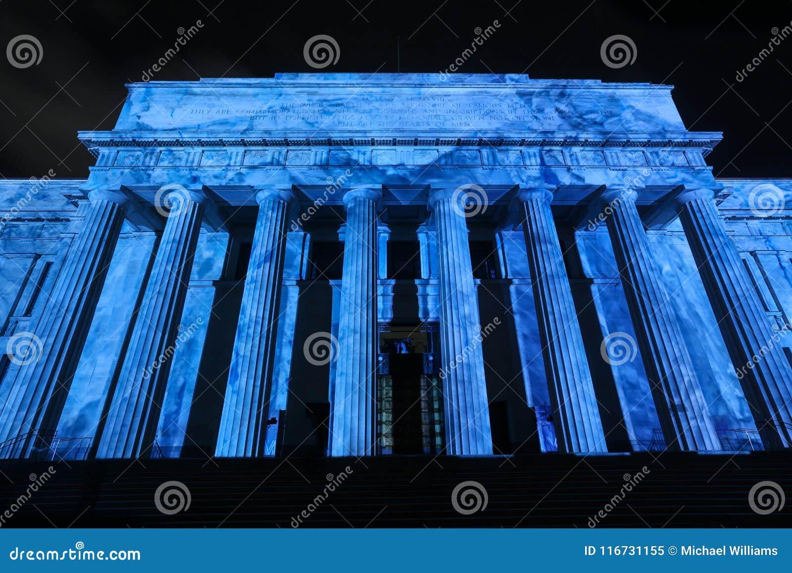 El museo del monumento de guerra, Auckland, NZ, encendió para arriba un azul vivo