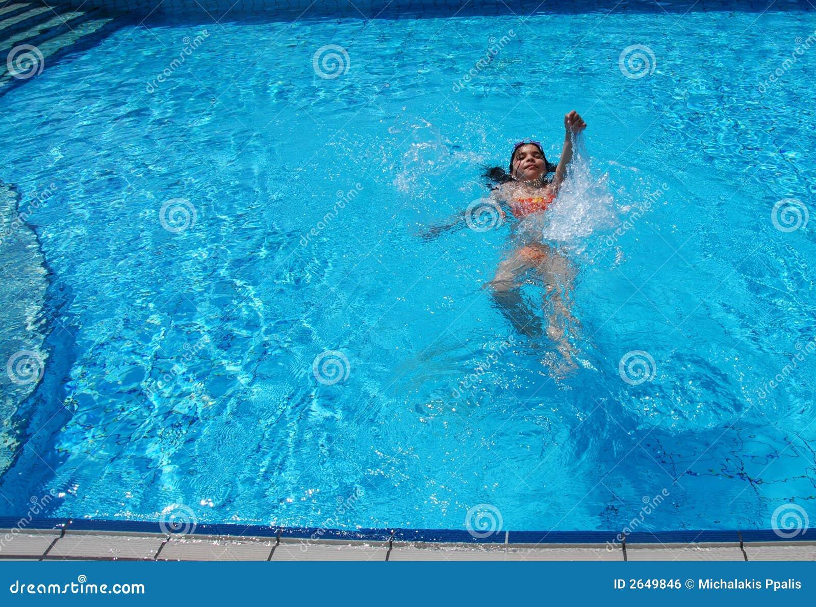el nadar en la piscina imagen de archivo libre de regal as