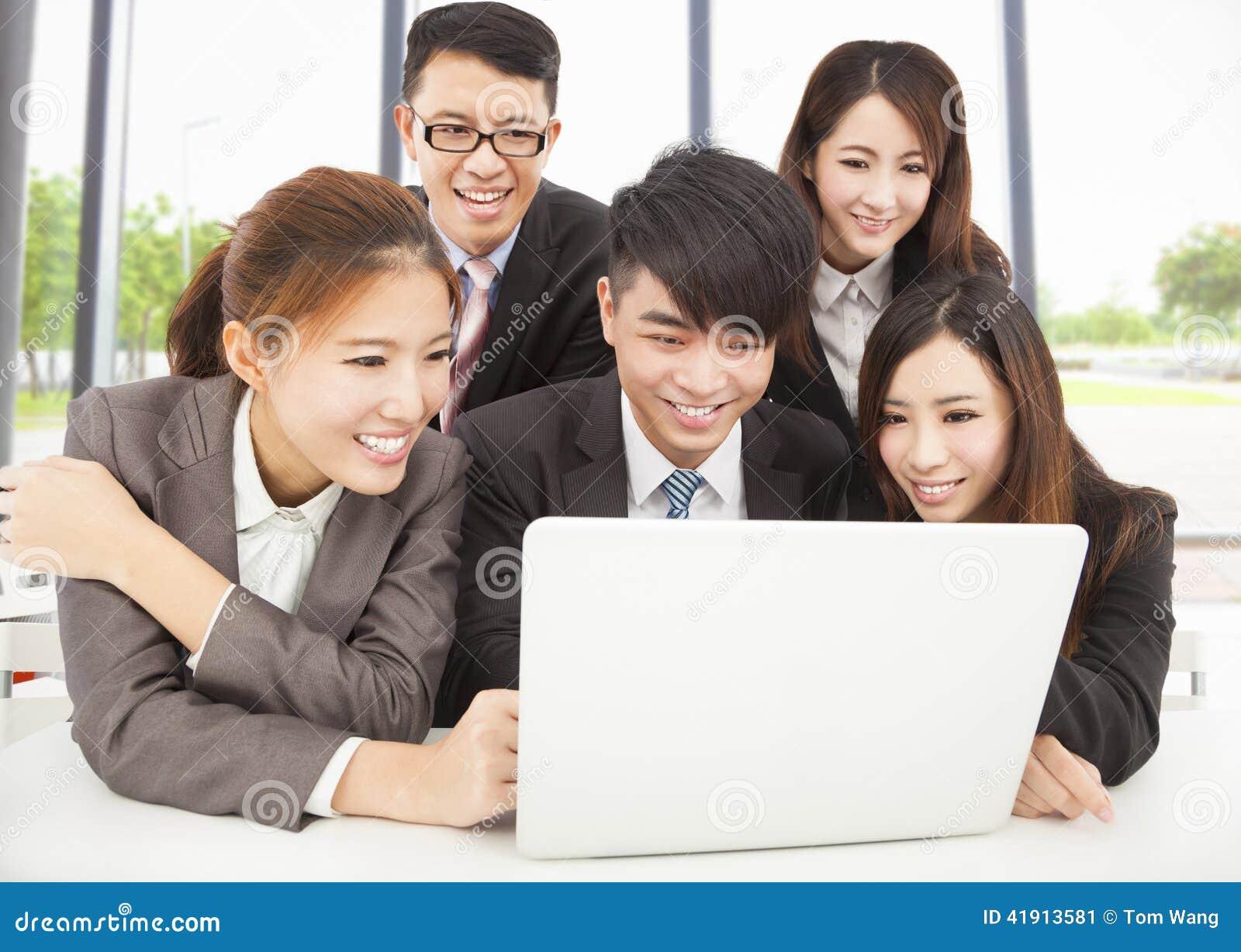 El negocio asiático profesional sonriente combina el trabajo en oficina