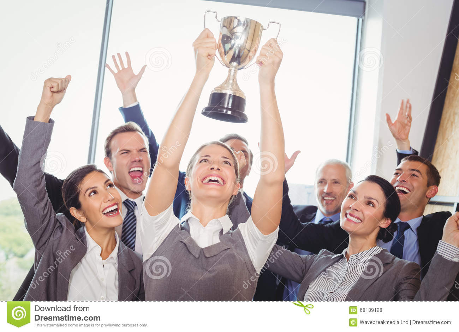 El negocio que gana combina con un trofeo que se sostiene ejecutivo