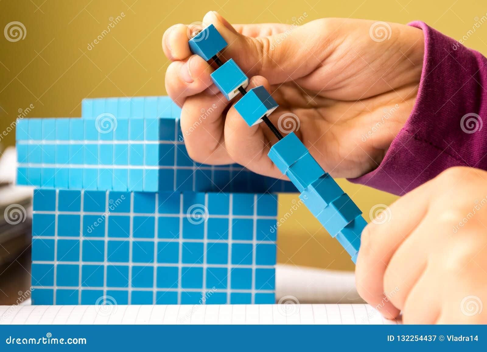 El niño aprende matemáticas, el volumen y la capacidad Para aprender el modelo utiliza un cubo tridimensional