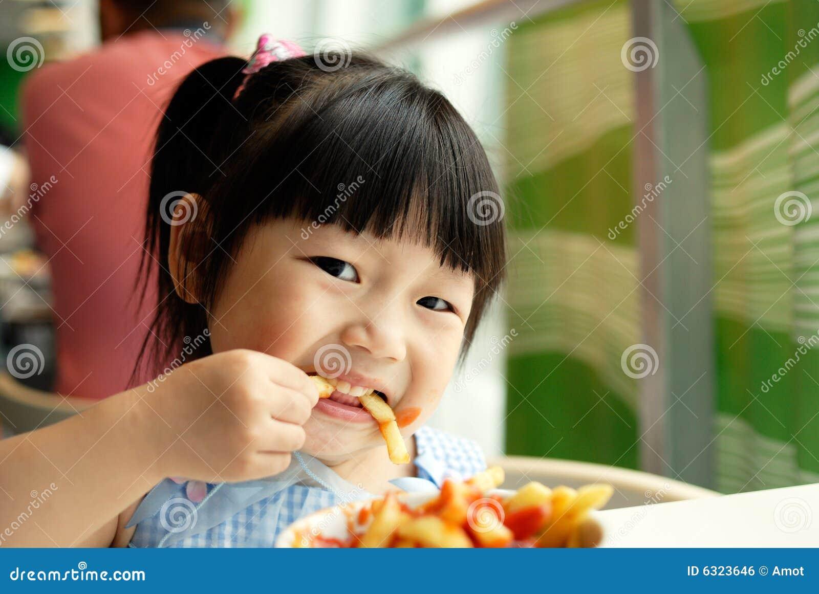 El niño come las fritadas
