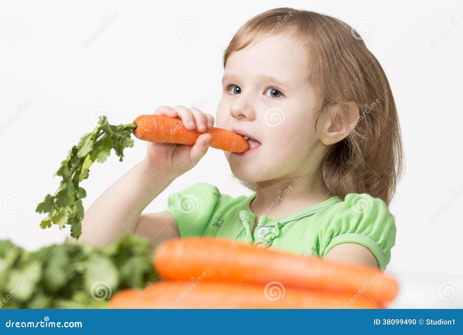 El ni o come una zanahoria foto de archivo imagen 38099490 for La zanahoria es una hortaliza