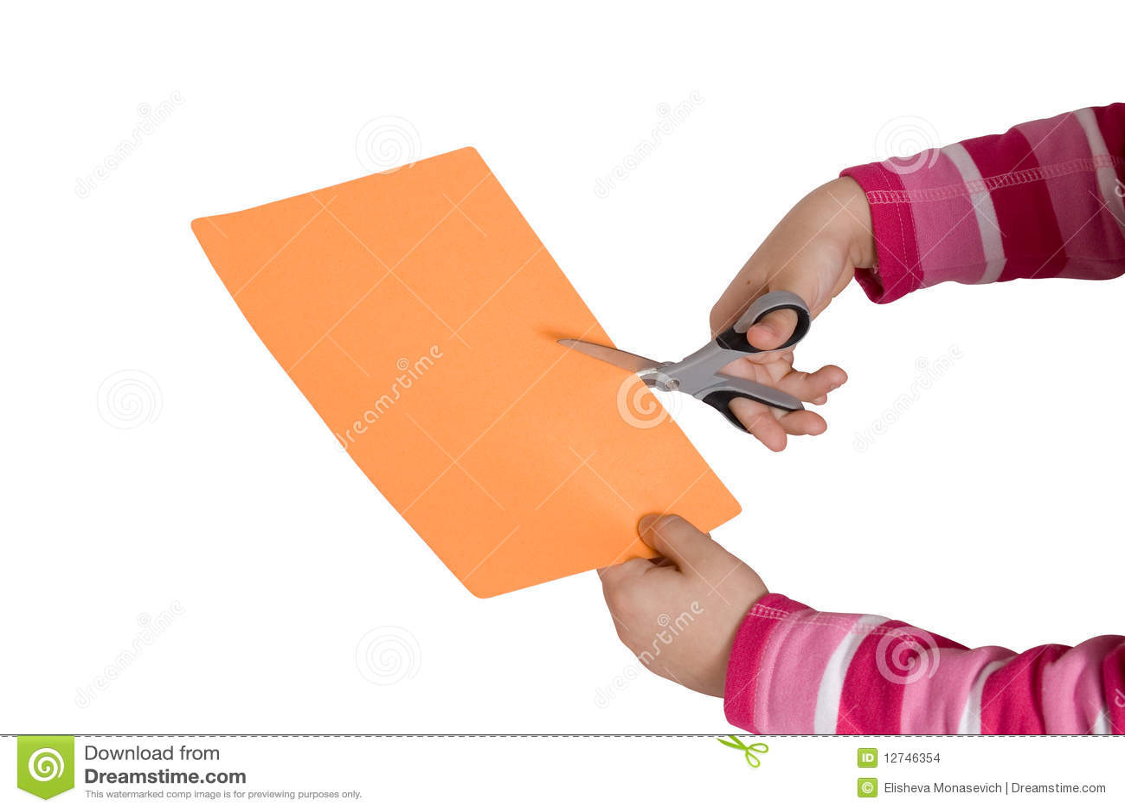 El niño da cortar un papel