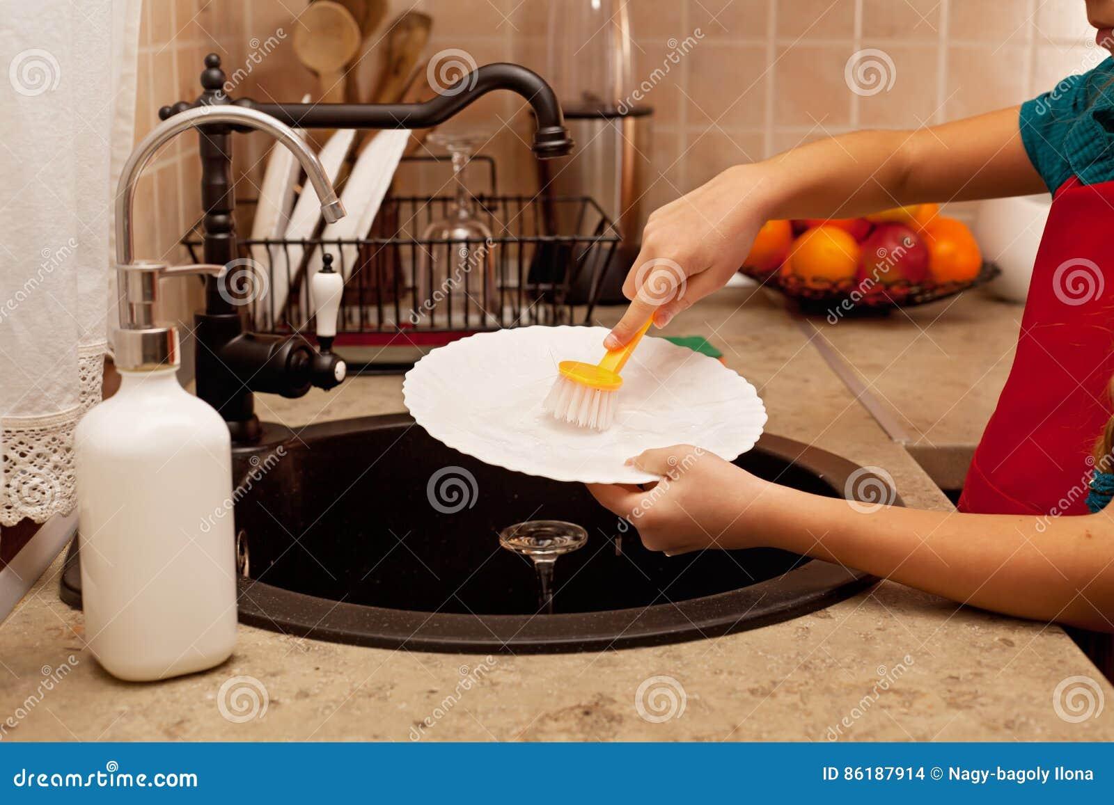 El Niño Da Lavar Los Platos En El Fregadero De Cocina Departamento