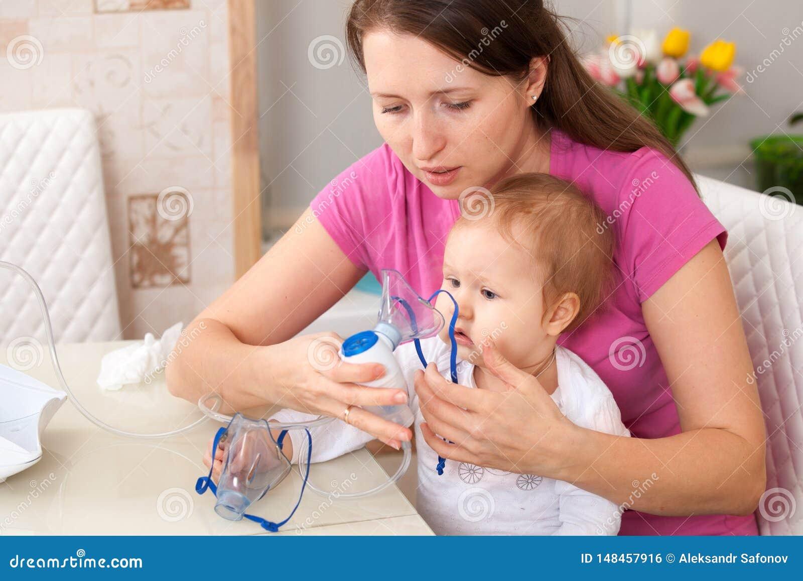 El ni?o de la inhalaci?n hace a la mam? del beb?