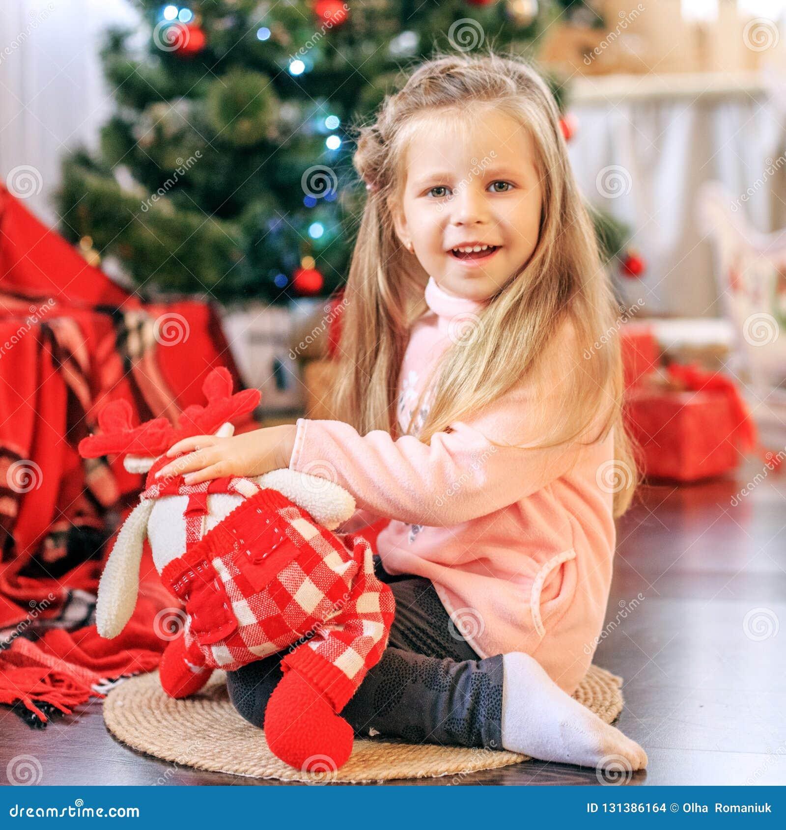 El niño es un juguete Año Nuevo del concepto, Feliz Navidad, día de fiesta,