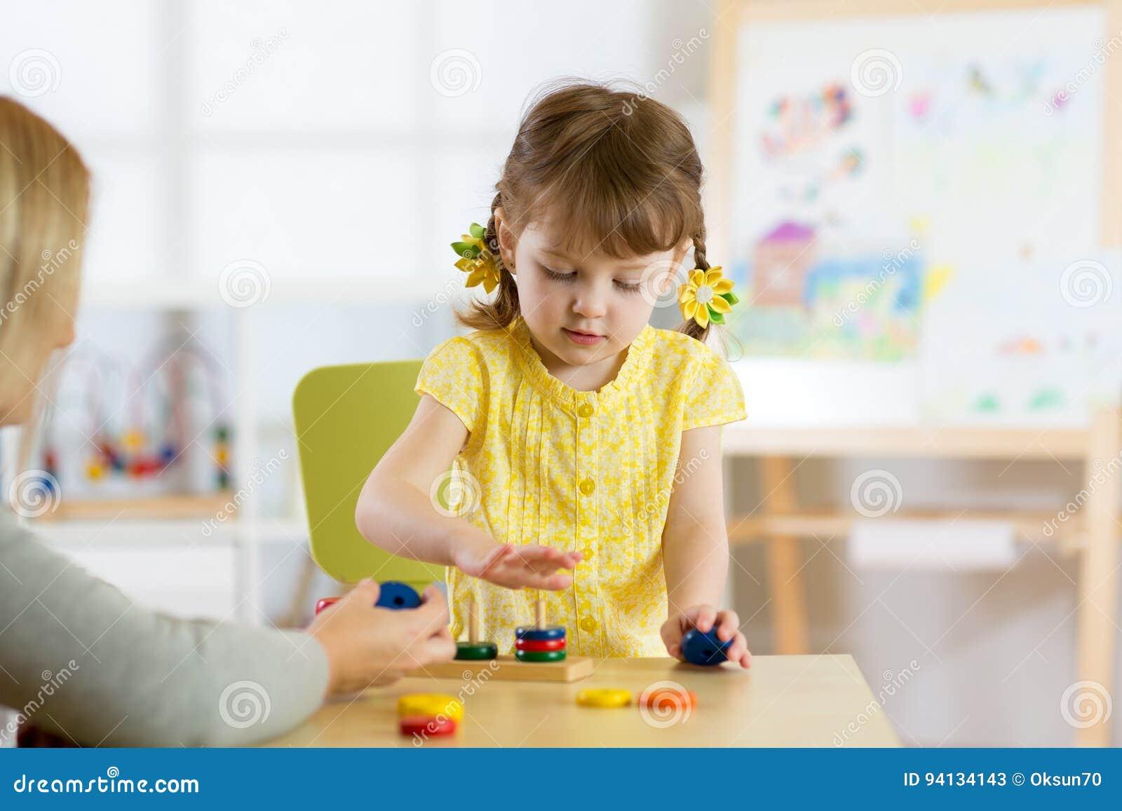 El niño está jugando con los juguetes en cuarto de niños