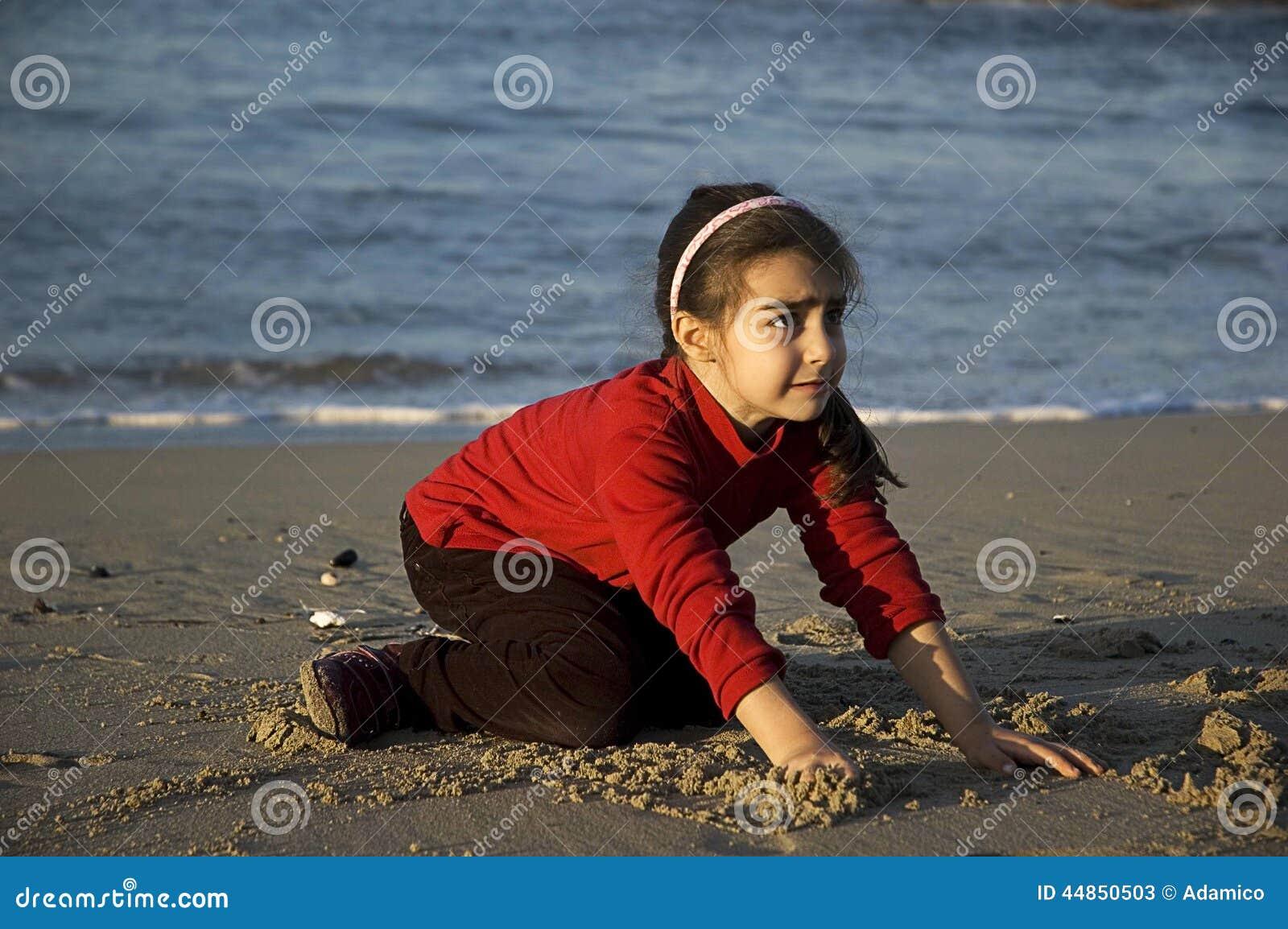 El niño llora en la playa