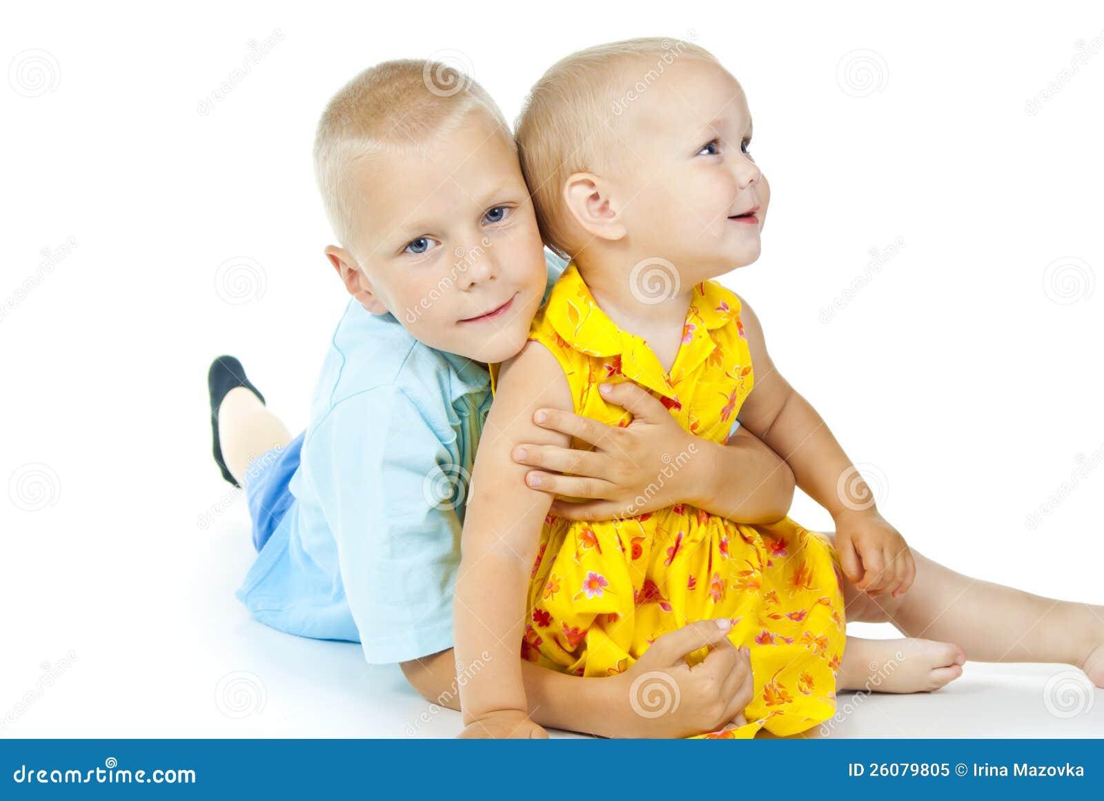El niño pequeño abraza a una muchacha