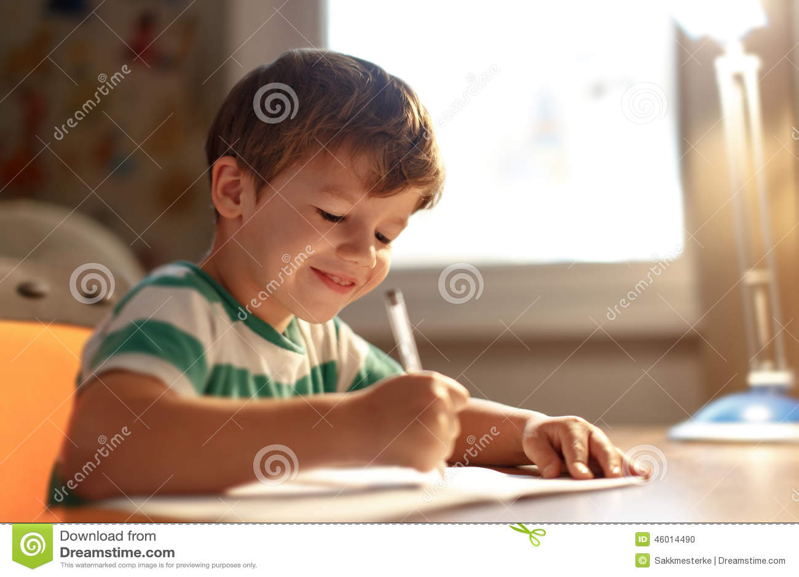 El ni o peque o escribe en el libro de ejercicio foto de - Foto nino pequeno ...