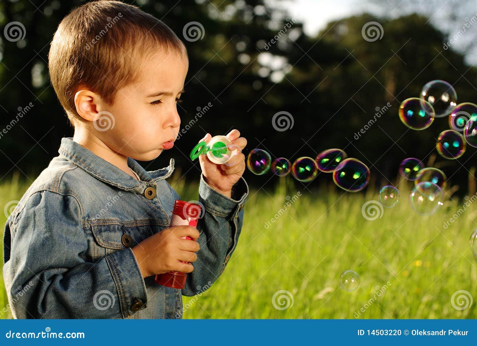 El ni o peque o hace burbujas foto de archivo imagen - Foto nino pequeno ...