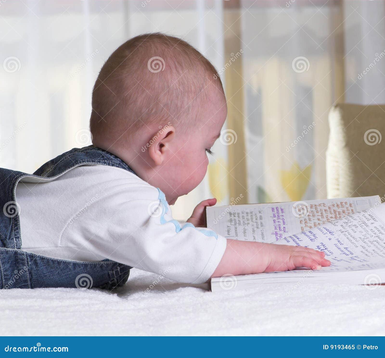 El ni o peque o lee el manuscrito foto de archivo libre de - Foto nino pequeno ...