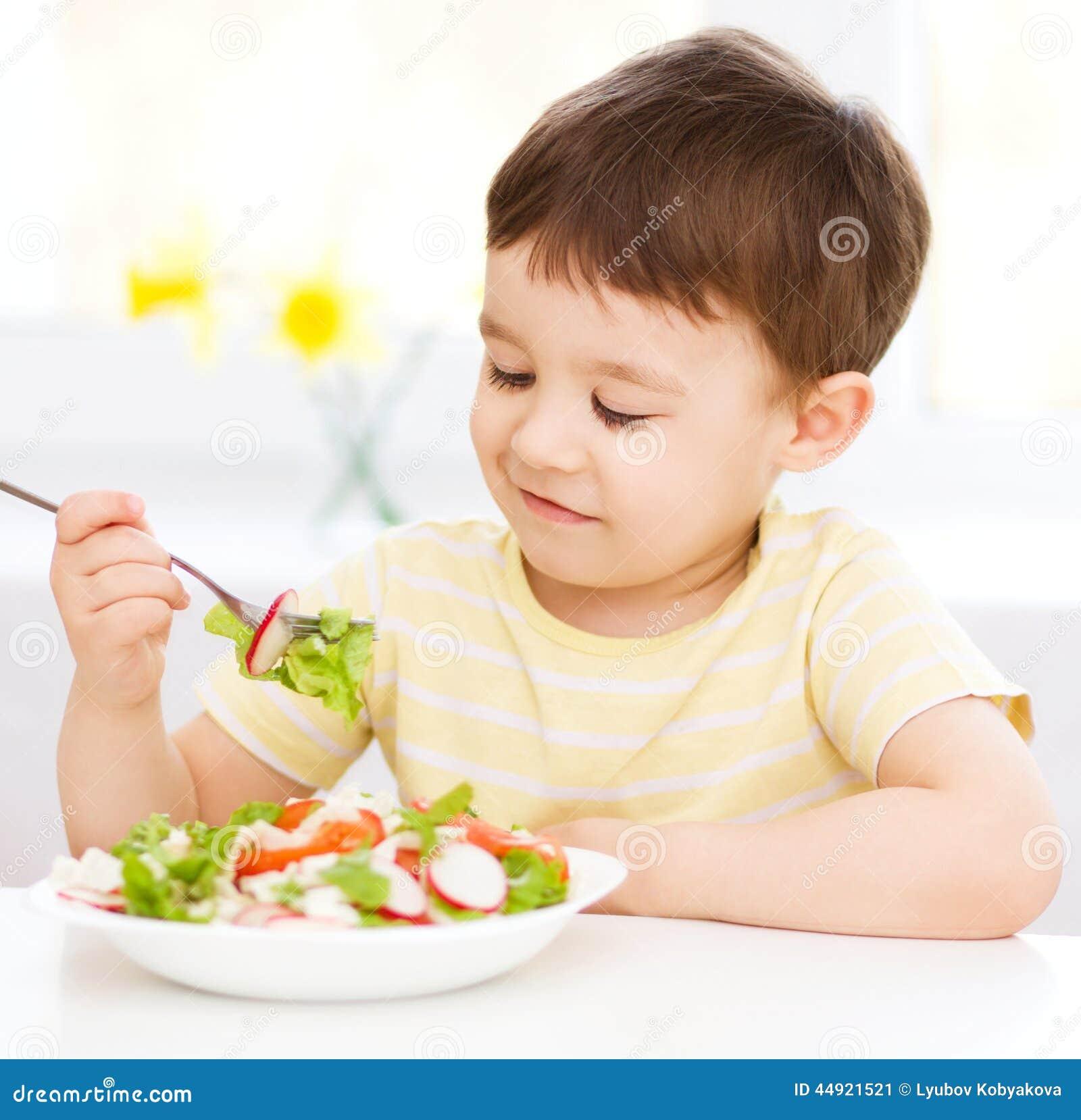 El ni o peque o lindo est comiendo la ensalada vegetal - Foto nino pequeno ...