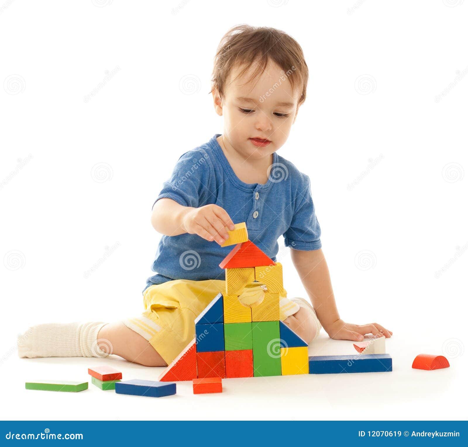 El ni o peque o lindo est jugando con los bloques - Foto nino pequeno ...