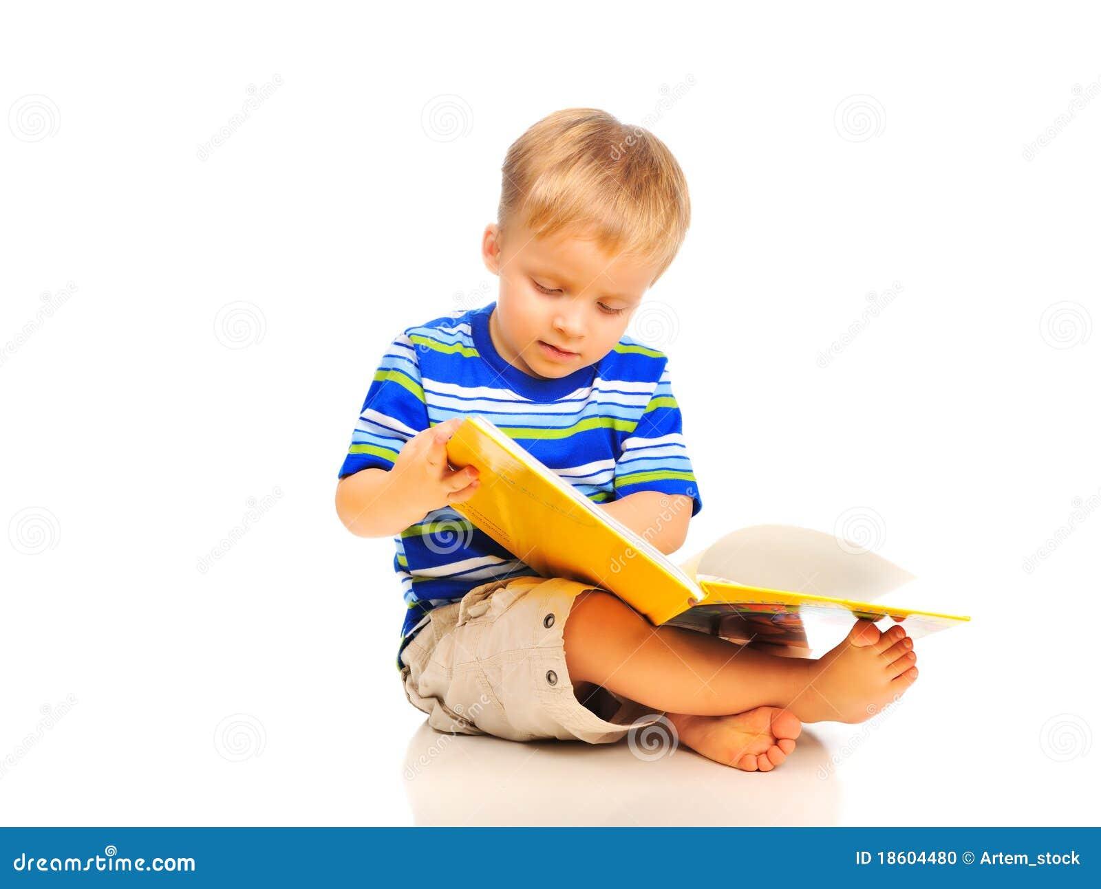 El ni o peque o lindo est leyendo un libro foto de - Foto nino pequeno ...