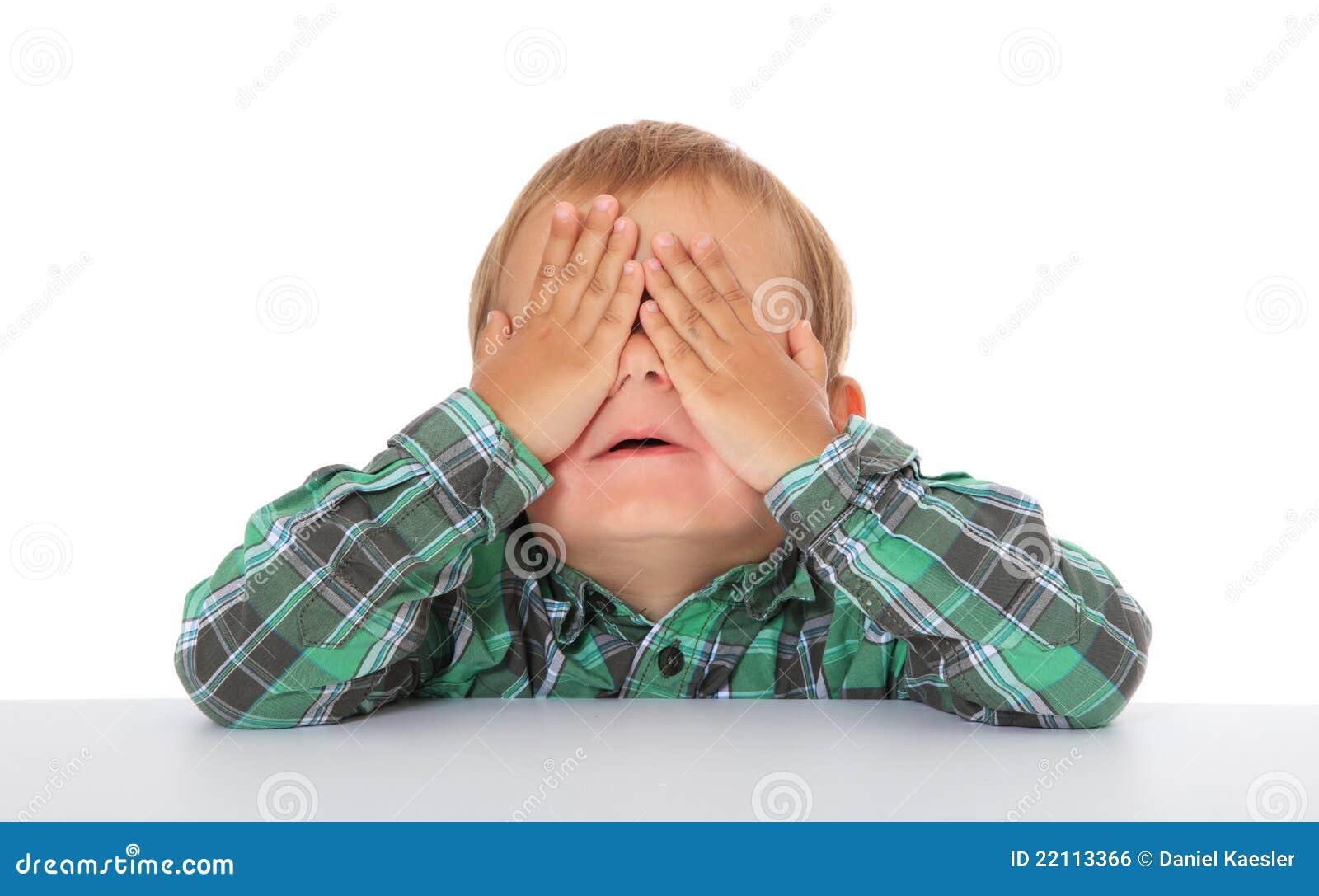 El niño pequeño mantiene sus ojos cerrados