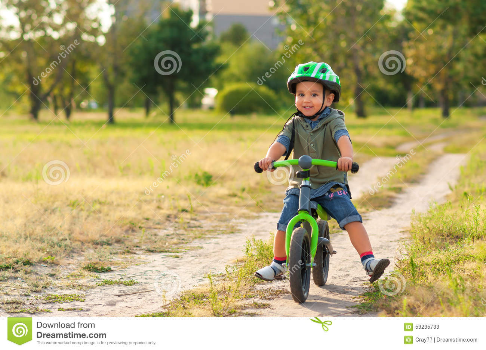 Download El Niño Que Monta Una Bicicleta Imagen de archivo - Imagen de feliz, actividad: 59235733