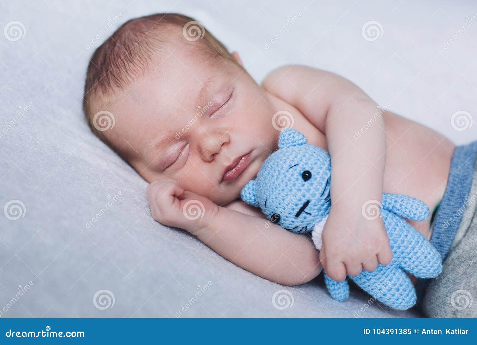 El niño recién nacido está durmiendo, los sueños dulces del pequeño bebé, sueño sano, recién nacido