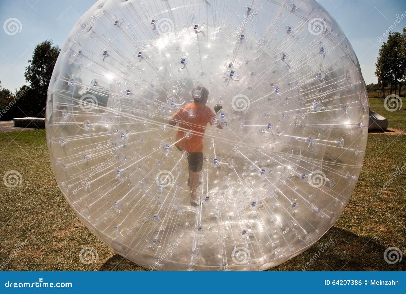 El niño se divierte mucho en la bola de Zorbing
