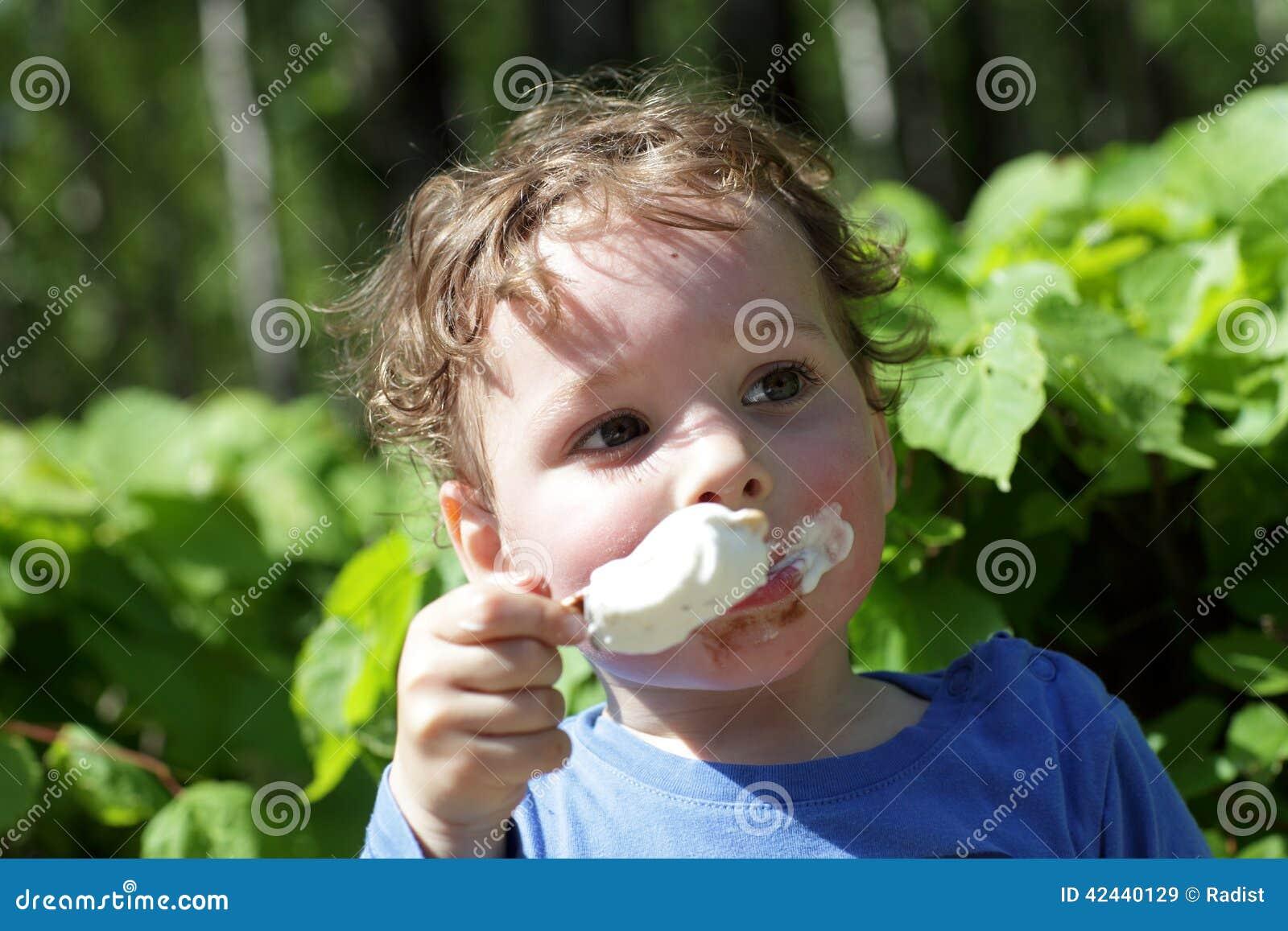 El niño tiene helado al aire libre