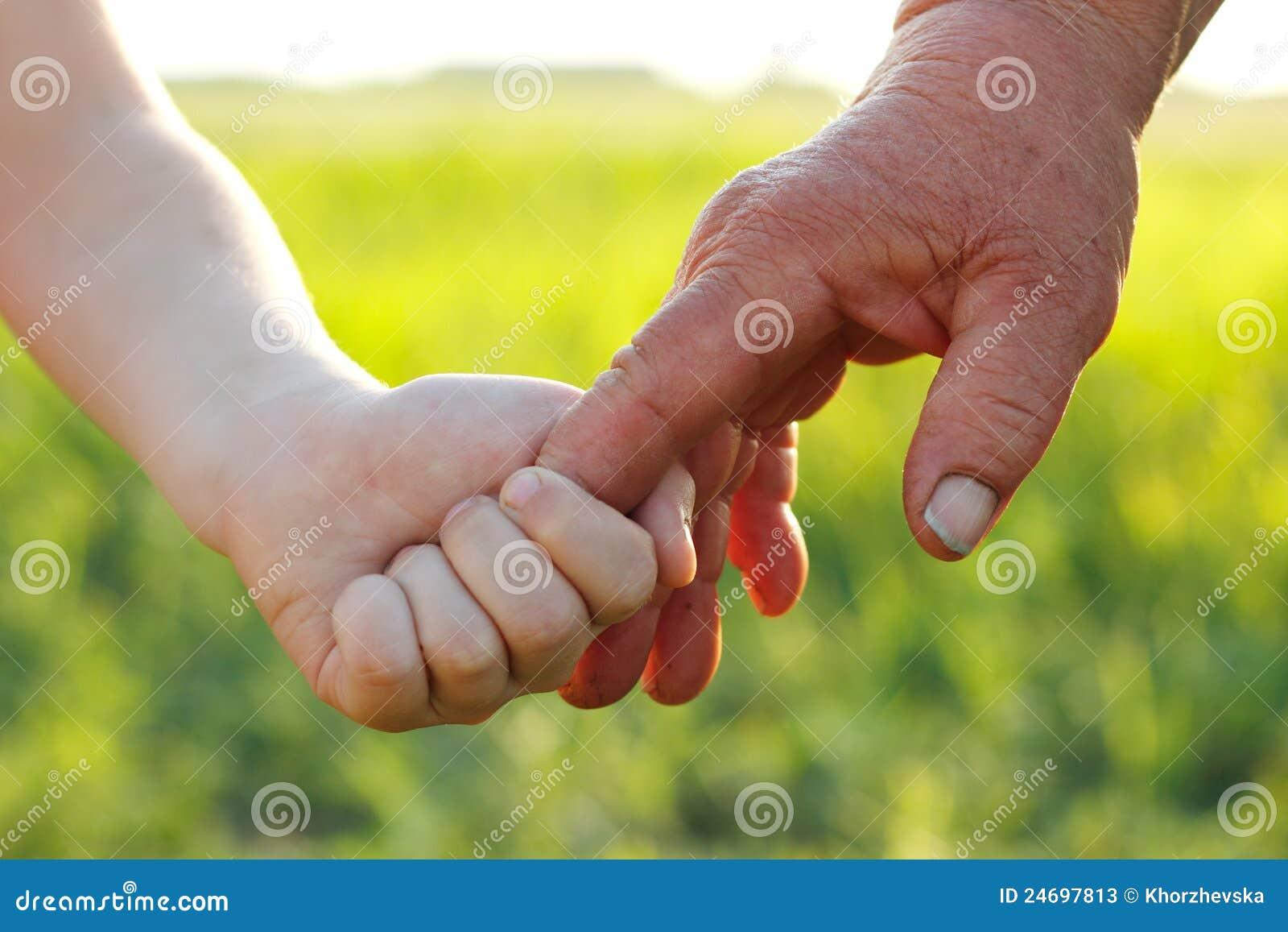 El niño y el mayor de Juan durante verano del trigo colocan