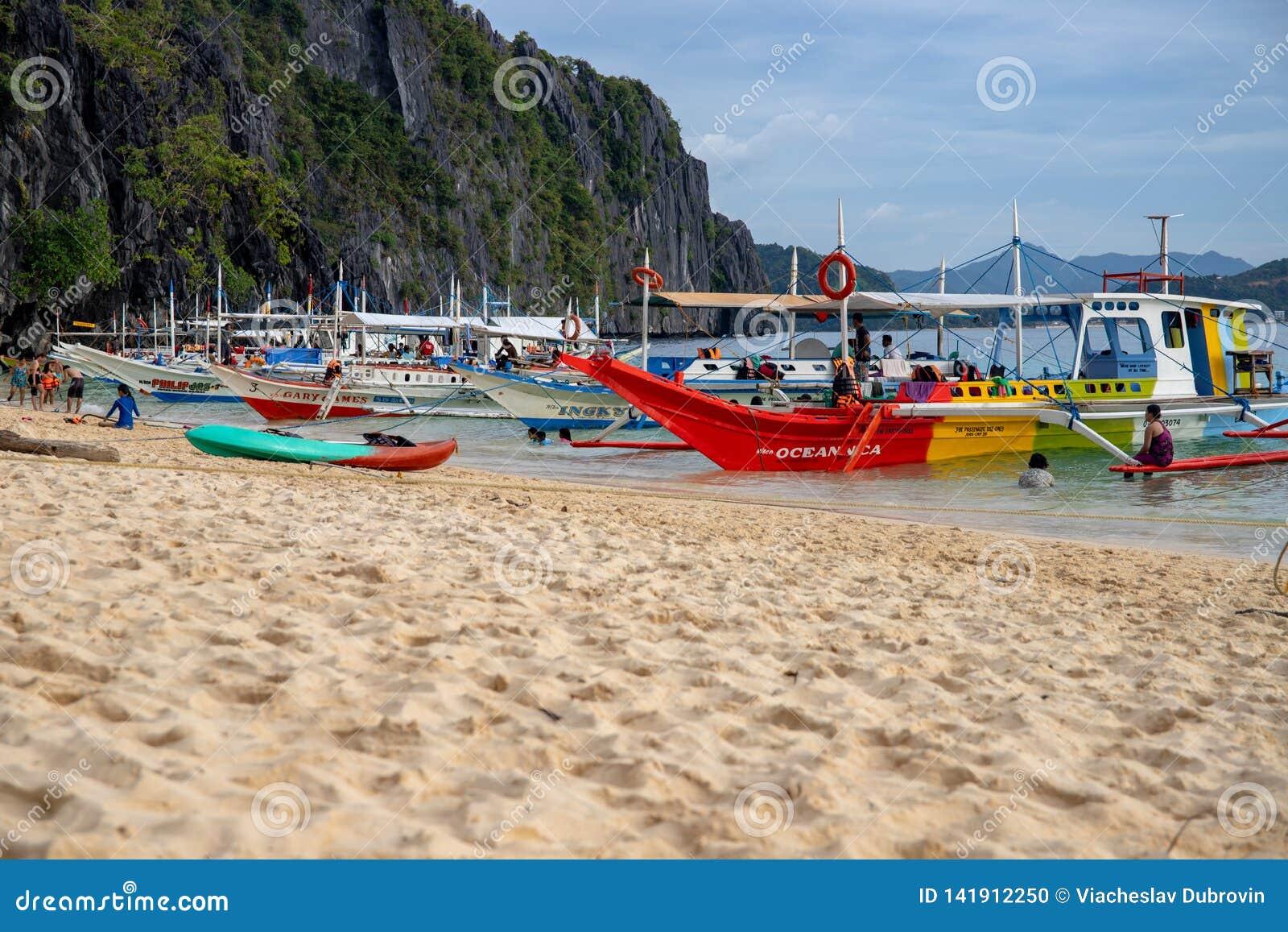 El Nido Filipiny - 20 2018 Nov: morze krajobraz z kolorowymi łodziami i piasek wyrzucać na brzeg Palawan wyspy Idylliczna plaża