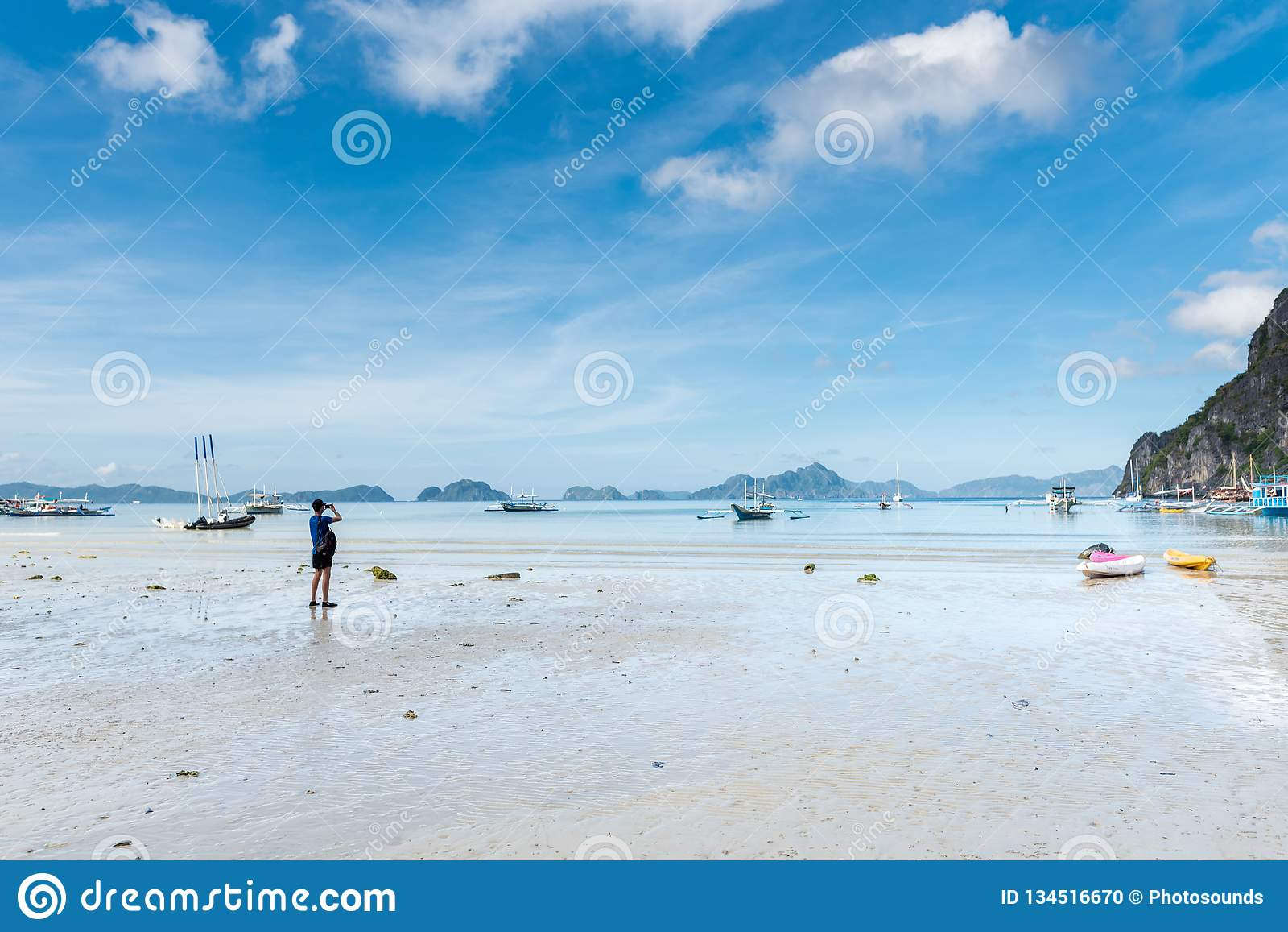 El Nido Seashore w Palawan Niski przypływ i góra z łodziami w tle