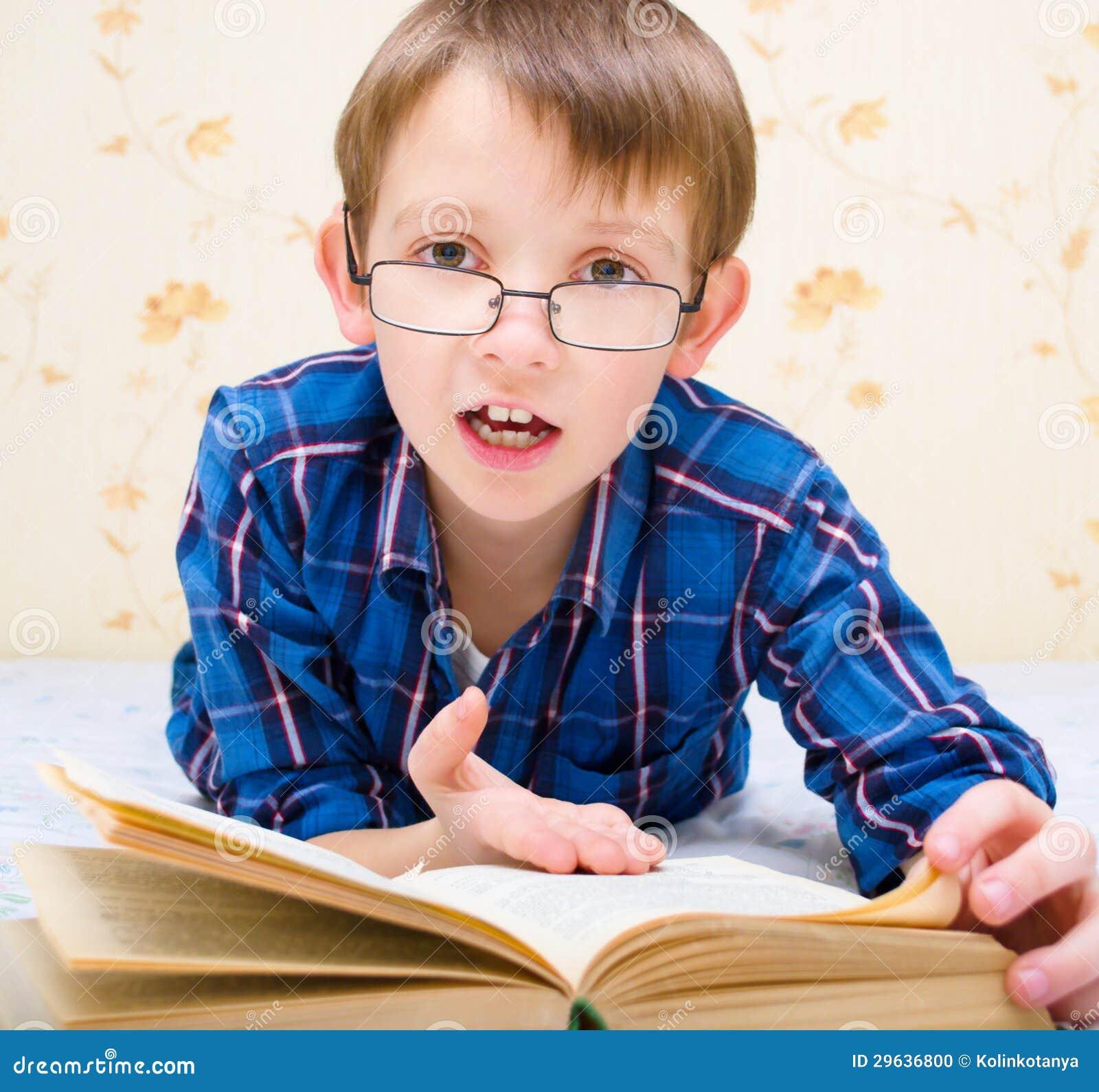 El ni o peque o est leyendo un libro foto de archivo - Foto nino pequeno ...