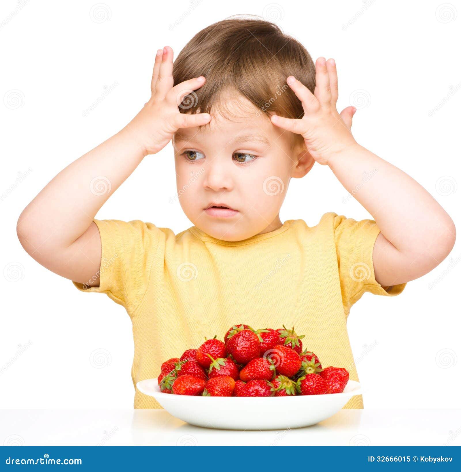 El ni o peque o rechaza comer las fresas foto de archivo - Foto nino pequeno ...