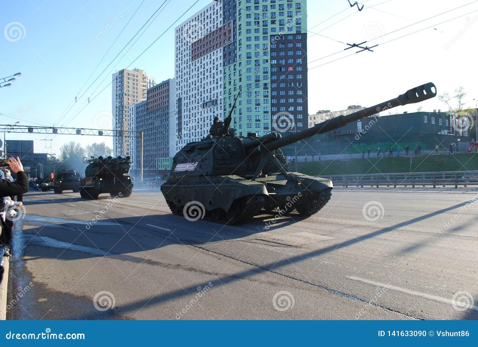 El obús automotor divisional soviético y ruso SAU de 152 milímetros Msta-con circunda la ciudad
