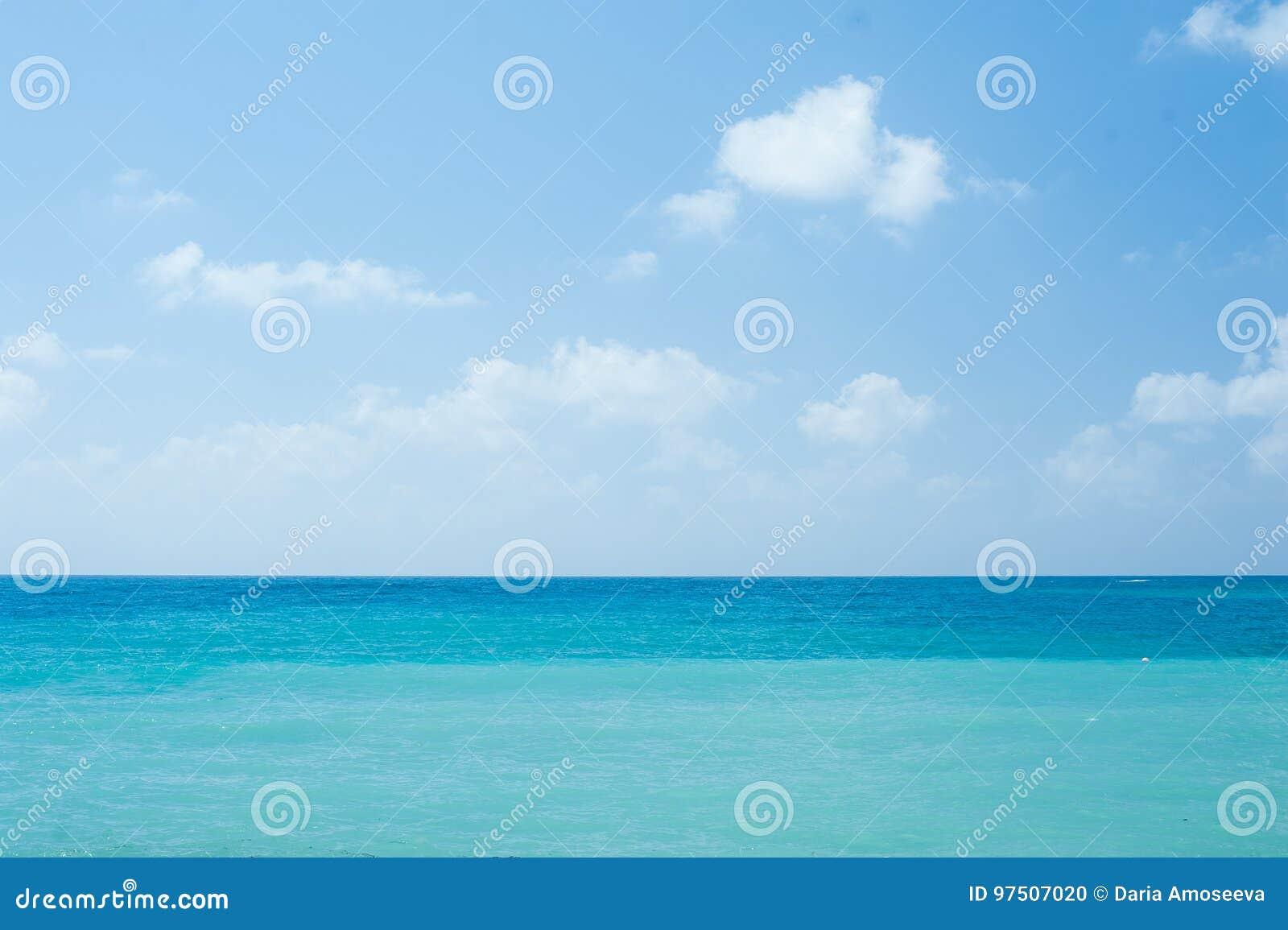 El océano claro blanco tropical perfecto de la playa arenosa y de la turquesa riega - el fondo natural de las vacaciones de veran