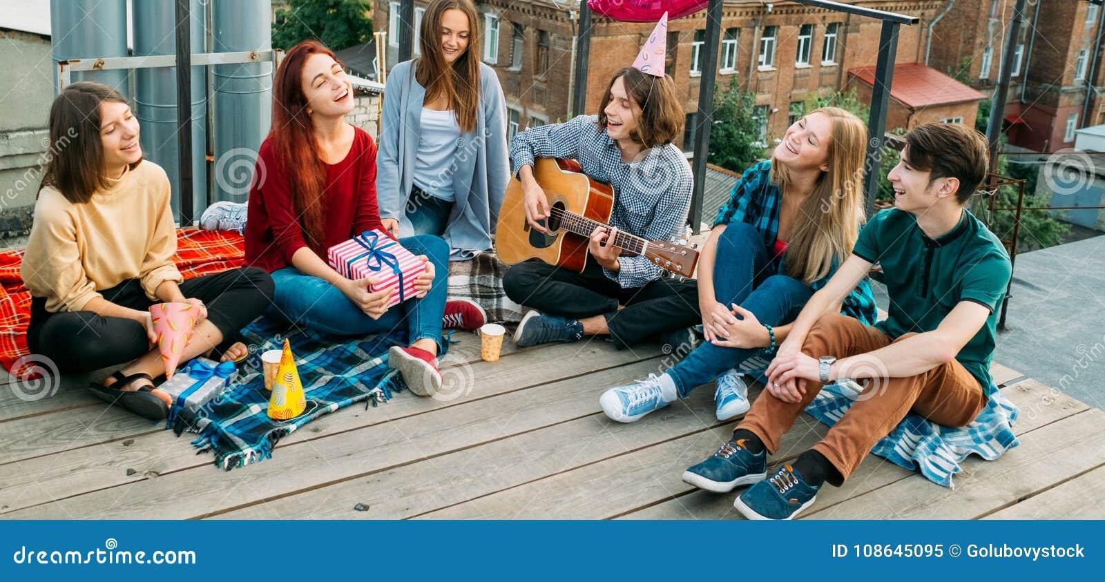 El ocio de la juventud despreocupado canta relaja la visión alternativa