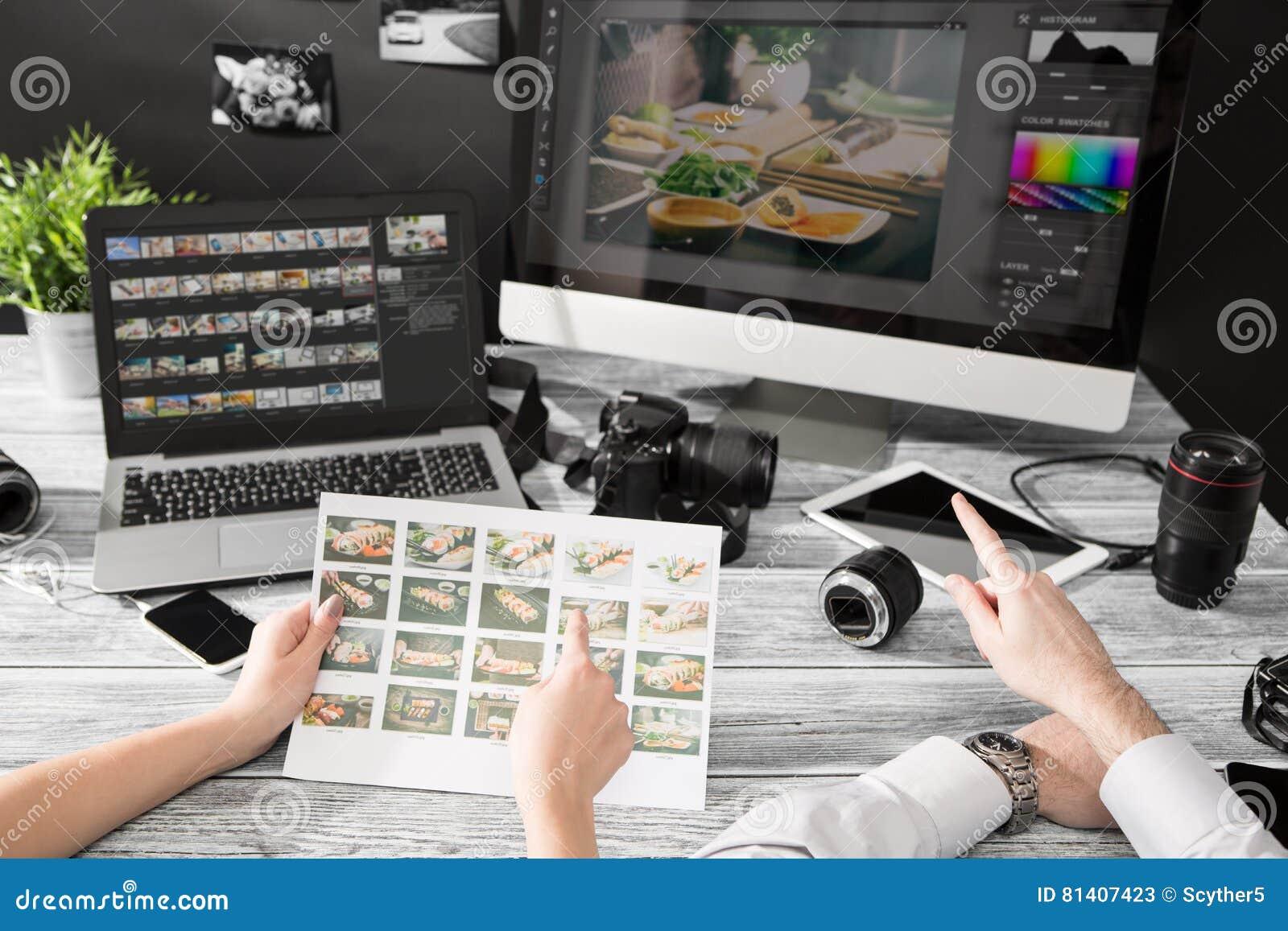 El ordenador de los fotógrafos con la foto corrige programas