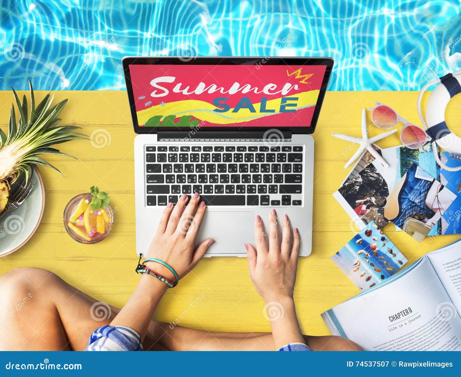 El ordenador portátil de la venta del verano relaja concepto de las compras del día de fiesta